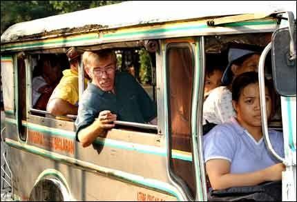 FARLIG REISE: To ganger i uken i åtte år har Einar Andreassen måttet ta den strevsomme reisen til Immigrasjonsdirektoratet i Manila sentrum. Men da han tok med seg VG, ble det skrevet anbefaling for å frita ham for meldeplikten. Foto: Bjørn Thunæs