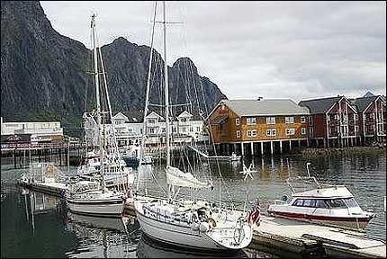 SEILERHAVN: De første seilerne er allerede på plass i Svolvær havn. Flere - og større - båter ventes inn i dagene etter 1. juli. Foto: DAG FONBÆK Foto: VG