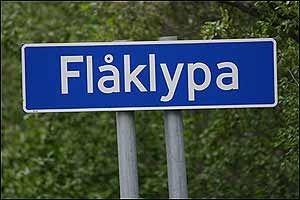 Navnet Flåklypa har også sin historie: Ved Flå bro i Bøverdalen (rv 55/Sognefjellsveien) er det et elvegjel med svære steiner som skapte trøbbel for bøndene som trakk høylasset sitt på isen; hvis lasset var for stort, ble det sittende fast mellom steinene - i klypa.