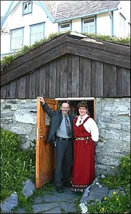 ANONYM INNGANG: Vertskapet Rolf Trulsen og Milly Sivertsen poserer i inngangsdøren til vinpuben. Foto: Dag Fonbæk