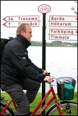 GODT SKILTET: Mange og gode skilt og malte kilometeranvisninger på asfalten gjør det enkelt å finne fram langs de nedlagte togsporene. Foto: DAG FONBÆK