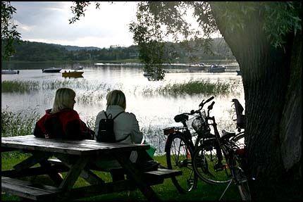 KVELDSIDYLL: Langs de mange sjøene, her Åsunden, finnes mange idylliske pletter. Foto: DAG FONBÆK