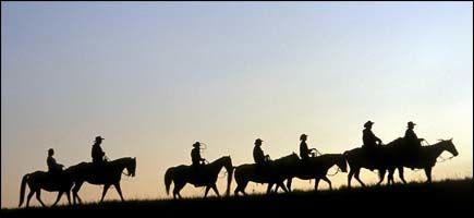 INN I SOLNEDGANGEN:Ranchgjester og rancheier Ron Wanner setter seg på hestene for en kveldstur i naturskjønne omgivelser på prærien i Nord-Dakota. Foto: JANJOHANNESSEN