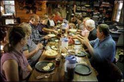 FAMILIEMIDDAG: Det er langt fra upersonlig storhotellmiddag til hjemmelaget cowboymat hos The Wanners. Gjestene og familien Wanners spiser alle måltidene sammen. Foto: JAN JOHANNESEN