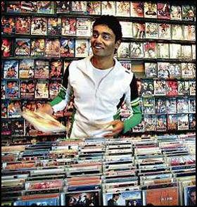 COMPANY THE MUSIC HOUSE: Musikkhus på Grønland med Bollywood som spesialitet. Som norsk-pakistaner holder det nemlig ikke å være oppdatert på vestlig film og musikk. Noman Mubashir må også ha full oversikt over filmene fra Bollywood og Lollywood, bangra-nytt og arabisk musikk. Foto: Mattis Sandblad