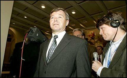 SPARER SKATT: Statsminister Kjell Magne Bondevik tjener 975.000 kroner i året som statsminister. Det kan gi ham en skattelette på nesten 20.000 kroner neste år. Foto: SCANPIX