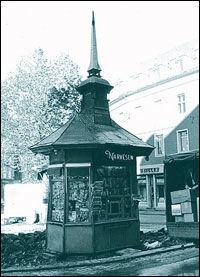 PAVILJONG: Slik så Narvesen-kiosken på professor Aschehougs plass i Oslo ut på slutten av 1970-tallet. Foto: Scanpix