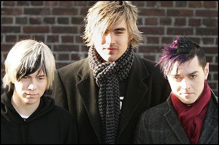 LEGGER OPP: James (t.v.), Charlie og Matt i det britiske rockebandet Busted. Foto: Reuters