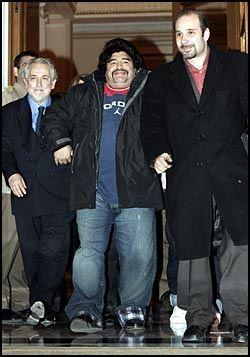 EN STOR SPILLER: 44-årige Diego Maradona avbildet i Athen i går. Den kokainavhengige fotballegenden sliter med kiloene. Foto: Reuters