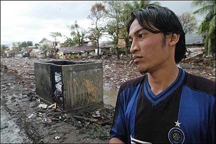 SPØKELSESBY: Adek (22) så to skyggelignende personer forsvinne inn en dør i Banda Aceh. Da han kom til døren var den stengt og innenfor var det tomt. Foto: AP