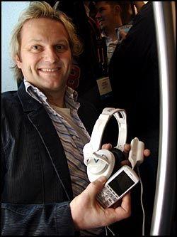 MUSIKK I FARTA: MP3-spillere og digital musikk har tatt musikkinteresserte med storm. Her viser Kenneth Hauge i Skullcandy - et selskap som lager headset med innebygd MP3-spiller, sykler med innebygd MP3-spiller og sånt - frem en musikk-mobiltelefon og Skullcrusher, et headset med egen subwoofer. Foto: Rune Fjeld Olsen