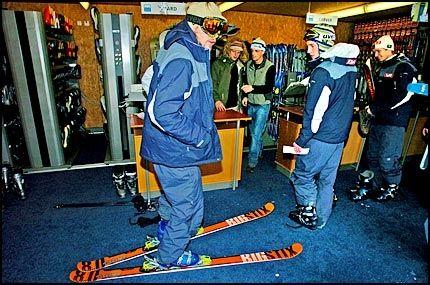 DAGEN DERPÅ: Bjørn Einar Romøren stilte med ski og briller på bena innendørs da hopperne startet sin fridag i går morges. Foto: Bjørn S Delebekk