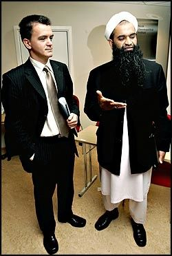 SKINNET BEDRAR: Imam Senaid Kobilica og spesialagent Abid Raja i London-politiet møttes i Oslo i går. Foto: Janne Møller-Hansen