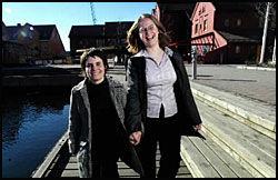 LOVE IS IN THE AIR: Stortingsrepresentant Siri Hall Arnøy (26) og Stine Helena Svendsen (22) vil gifte seg så fort en kjønnsnøytral ekteskapslov blir vedtatt. Her er de på fiskebrygga i Kristiansand i går. Foto: Kjell Inge Søreide
