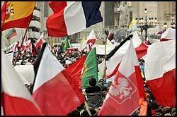 INTERNASJONALT: Det ble viftet med flagg fra blant annet Polen, Mexico, Frankrike og Spania under pavens begravelse. Foto: AP