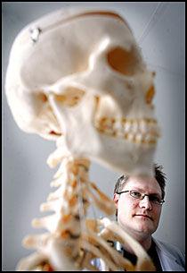 LETER ETTER HJELP: Forsker Erling Tronvik og kollegaene hans prøver å finne ut blodtrykksmedisin kan dempe den fryktede klasehodepinen. Foto: FREDRIK SOLSTAD
