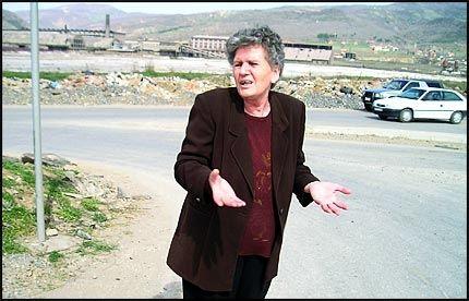 PREGET AV PÅGRIPELSEN: Her ble Ridvan Halimi tatt av den hemmelige spesialstyrken. Tanten Hava Behxheti (56) har grått mye etter at hun havnet midt i den dramatiske pågripelsen av nevøen. Foto: KRISTIAN KAHRS
