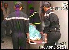 BÆRES BORT: Kvinnen som ble skadd, blir fraktet vekk fra allmenn beskuelse. Etterpå ble Rådmund Steinsvåg pågrepet og ført bort. Foto: Berserk Productions