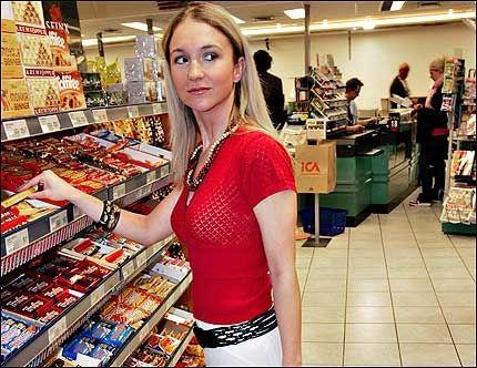 GODTEGAL: Pia Haraldsen elsker godteri, men synes det er flaut å kjøpe for mye snop når hun er i butikken. Foto: MATTIS SANDBLAD