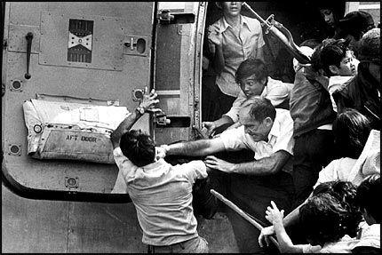 STERKE SCENER: Mange bilder fra Vietnamkrigen har brent seg fast, dette er ett av dem. En vietnameser får seg et slag i ansiktet idet han prøver å henge seg på det siste helikopteret som forlater USAs ambassade i Saigon 30. april 1975. Foto: REUTERS