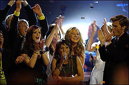 GOD BUTIKK: TV 2 og teleselskapene har tjent over 22 millioner kroner på stemmegivningen til «Idol 2005». Aller flest stemmer sanket Vennesla-jenta Jorun Stiansen (21). Foto: HELGE MIKALSEN