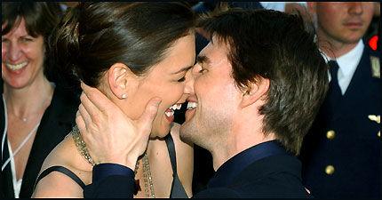 FORESKET: Tom Cruise (43) og Katie Holmes (26) klinte til foran fotografene i Roma tidligere i sommer. Foto: AP