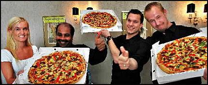 CHAMPION: - We are the sjampinjongs, kunne de ha sunget - men det er ikke sjampinjong i vinnerpizzaen fra Rio Pizza; her representert (f. v.) av Siri Olsen, Danton Gregory, Espen Bævre og Kjell Hauge. Foto: Geir Olsen