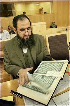 KORANEN: Mullah Krekar hadde Koranen med da han torsdag startet sin egen forklaring i Oslo Tinghus. Foto: SCANPIX