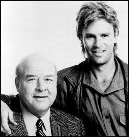 TV-HELTER: Dana Elcar (t.v.) og Richard Dean Anderson fra TV-serien «MacGyver». Foto: Scanpix