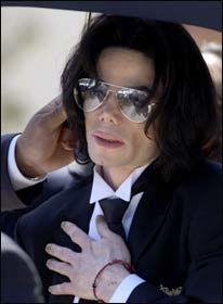 FRIKJENT: Michael Jackson på vei ut av rettslokalet i Santa Maria etter å ha blitt frikjent. Han har ikke vist seg offentlig etterpå. Foto: Reuters