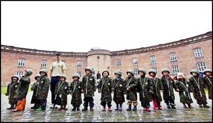 OPPSTILLING! Barn fra Solgry barnehage i Drøbak har gått inn i rollen som soldater, og samles ved hovedfortet for å motta ordre fra troppleder André Rønbeck. Foto: Jørgen Braastad