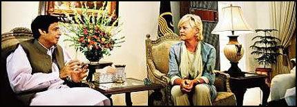 TOPPMØTE: Parvez Ilahi, som er guvernør i delstaten Punjab i Pakistan og SV-leder Kristin Halvorsen ble kjent for ett år siden, under en pakistansk nasjonaldagsfeiring i Oslo. Samtalen med Ilahi var det første offisielle møtet på Halvorsens valgkampturné i Pakistan. Foto: Marie Sjøvold