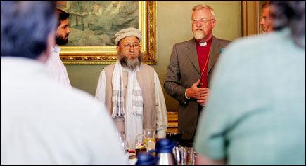 Representanter fra en rekke forskjellige trossamfunn var samlet på Oslo bispegård torsdag for å utforme en appel mot terror. Her er Mehboobur Rehman, leder av imamkomiteen i islamsk råd, og biskop Ole Christian Kvarme under to minutters stillhet-markeringen av terrorangrepet i London. Foto: Scanpix