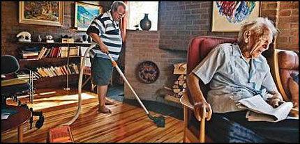 SKYNDER SEG: Hjemmehjelper Per-Audun Moen har ikke tid til å sitte ned og prate med Ap-høvdingen Haakon Lie når han kommer innom. Gulvene skal støvsuges og vaskes på 25 minutter. Foto: Espen S. Hoen.