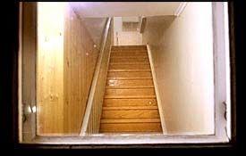 ÅSTEDET: I 2. etasje i dette huset skal den 15 år gamle jenta ha blitt voldtatt av de fire mennene. Foto: Are Mathisen