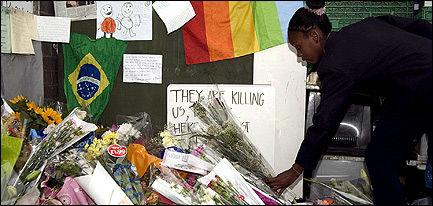 HEDRER AVDØDE: En mengde blomster er lagt ned på stedet hvor Jean Charles de Menezes (27) ble drept av politiet. Foto: EPA