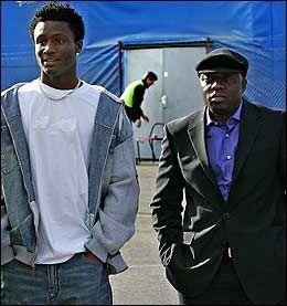 SLIPPES IKKE AV SYNE: John Obi Mikel (venstre) fotfølges fortsatt av John Shittu. Foto: Jan Petter Lynau
