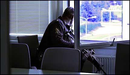 POLITIAKSJON: Væpnet polit aksjonerte under Carl I. Hagen besøk på Fornebu. Foto: Jan Petter Lynau