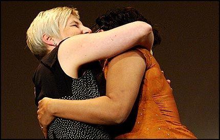 KYSS, KLAPP OG KLEM: Valgerd Svarstad Haugland fikk et skikkelig kyss og en klem av Shabana Rehman. Kulturministeren tok det hele med et smil. Foto: ØYVIND SÆTRE