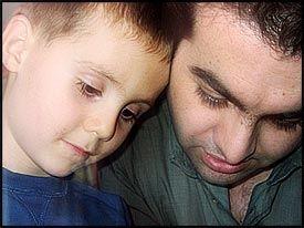 FAR OG SØNN: Følgene av saken om Mehmet - her sammen med pappa Salim Yildiz - har så langt ikke vært noe hett tema i valgkampen. Foto: Morten Øverbye