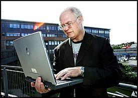 LETT PÅ NETT: Med noen tastetrykk kan Rune Fløisbonn komme inn på et fremmed, trådløst nettverk. Foto: Jan Petter Lynau