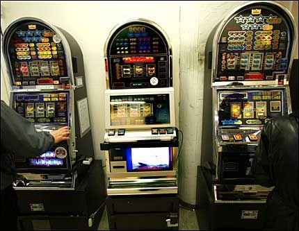 FJERNES: Slike spilleautomater fjernes. Norsk Tipping har fått enerett på automatene. Foto: VG