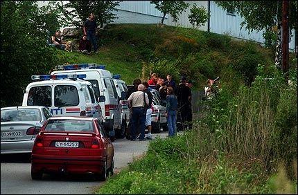 MYE BRÅK: Det har vært mye bråk på Nordbybråten asylmottak i Våler. Dette bildet er fra da politi måtte forhandle med en asylsøker som truet med å hoppe fra en mobilmast. Foto: OLE KRISTIAN STRØM