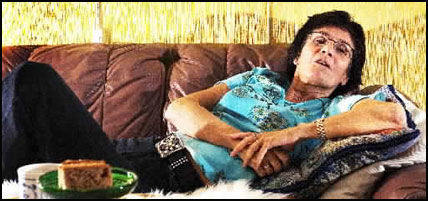 MÅ BLI HJEMME: Siden hun ikke får fly til Lisboa med SAS Braathens, må May Turid Løvås Nilsen ligge hjemme på sofaen på Gjettum i Akershus. I dag skulle hun ha feiret datterens bursdag i Lisboa. Foto: Magnar Kirknes