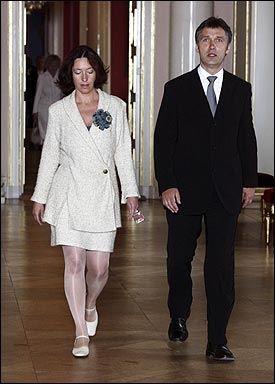 NY JOBB: Jens Stoltenbergs kone, Ingrid Schulerud , er utnevnt til underdirektør i Utenriksdepartementet. Her er de to på Slottet, i forbindelse med prinsesse Ingrid Alexandras dåp. Foto: SCANPIX