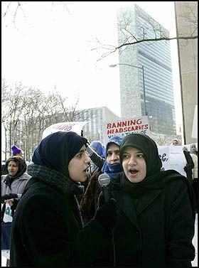PROTEST: Kvinner verden over, her i New York, har demonstrert for retten til å bære hijab. Foto: EPA