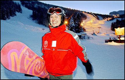 OMSTRIDT: Denne dressen kan bli en pinlig affære for Atle Karlsvik og Kristin Krohn Devold. Her er hun fotografert i Hemsedal iført dressen i desember 2002, nærmere ett år etter at hun fikk fritidsklærne. Foto: Annemor Larsen