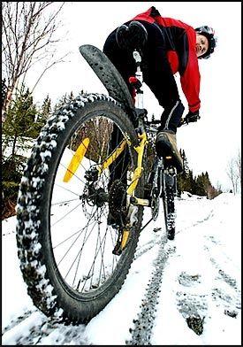 VINTERSYKLING: Morten Karlsen i På Sykkel mener at gode dekk gjør vintersykling moro. Foto: RUNE PETTER NESS
