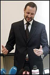 GLAD: Haakon var strålende glad da han måtte pressen etter at fødselen var vel gjennomført. Den lille gutten var 52 centimeter og veide 3944 gram da han ble født. - Han var litt over normalen, smilte kronprins Haakon. Foto: Scanpix