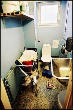UHYGIENISK: På Bøler skole i Oslo må elevene rydde seg frem til doen, som blir brukt både som toalett og bøttekott. Foto: Andrea Gjestvang